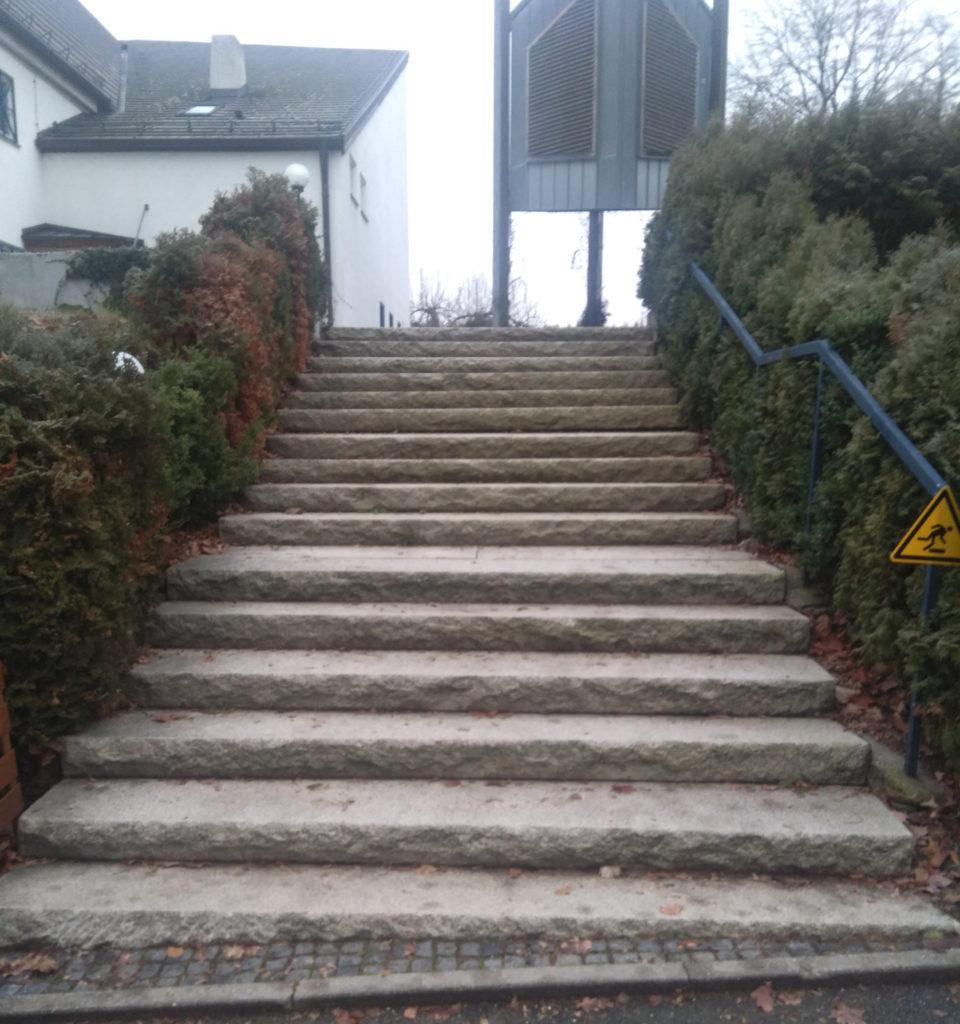 Kirchentreppe zur Versöhnungskirche. Länge: 2,6 m